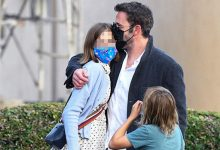 Photo of Ben Affleck Gives Daughter Violet, 15, A Sweet Kiss & Teaches Her How To Drive In New Photos