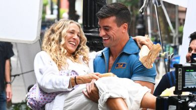 Photo of Sarah Jessica Parker Gets Lifted By Muscular Mystery Man While Filming 'Sex & The City' Revival